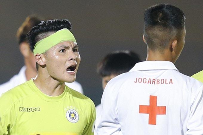 Quang Hải bị chỉ trích khi nổi cáu với cậu bé khiêng cáng, dù anh đang muốn bảo vệ cho đồng đội của mình bị chấn thương