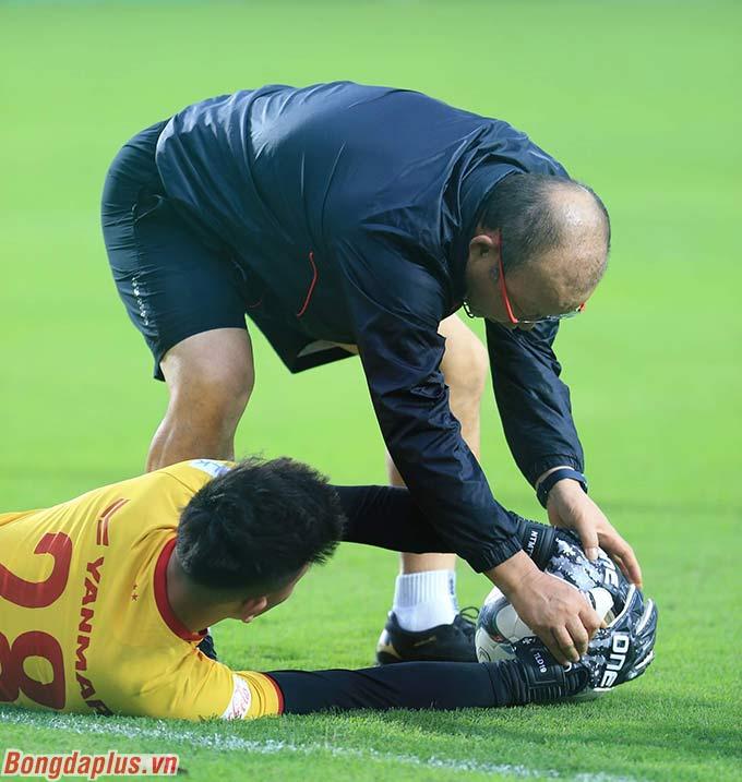 HLV Park Hang Seo uốn nắn các thủ môn mới từng li từng tí
