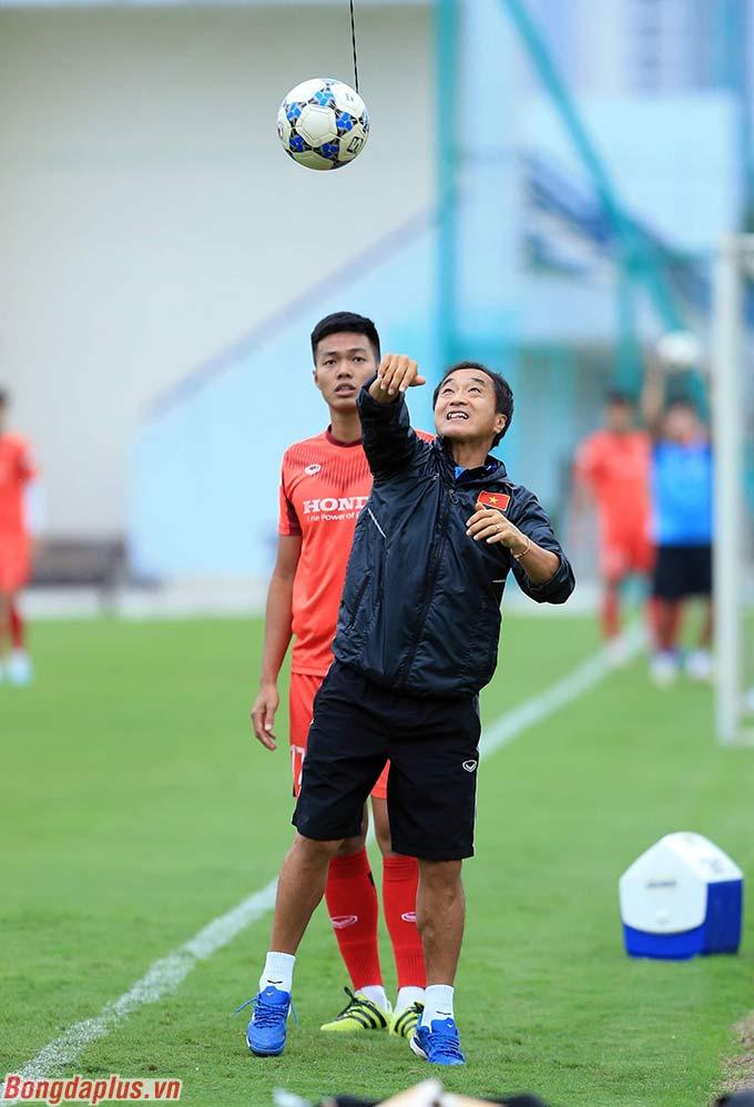 Trong khi đó, trợ lý Lee Young Jin tiếp tục yêu cầu các cầu thủ tập luyện đánh đầu