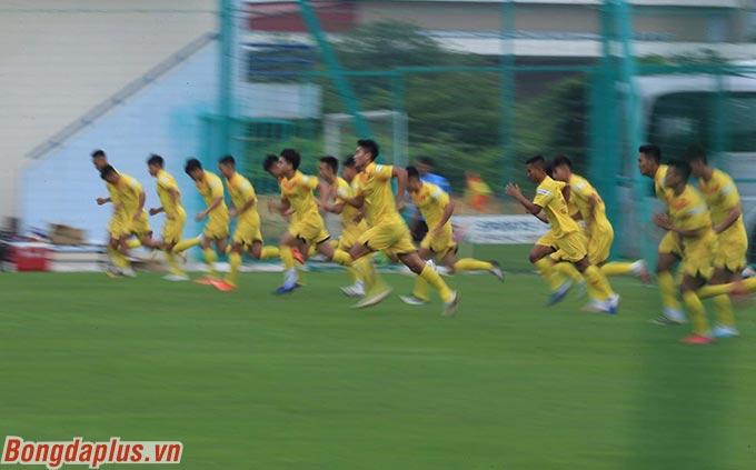 Các cầu thủ tham gia bài tập chạy cự ly ngắn với tốc độ cao. Số lượng cầu thủ U22 Việt Nam lên tuyển dần một tăng lên khi các CLB chủ quản cho họ lên tập trung