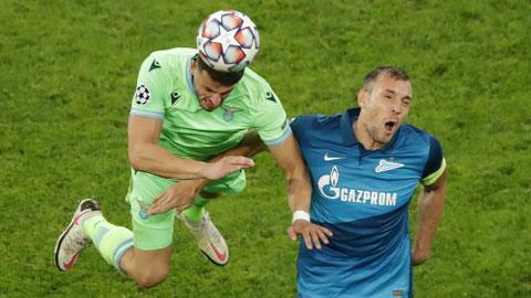 Lazio (trái) trong một tình huống tập trung phòng ngự trận gặp Zenit