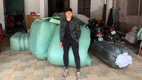 Xuân Mạnh đã quyên góp và trao tận tay những gia đình bị ảnh hưởng nặng nề bởi bão lũ