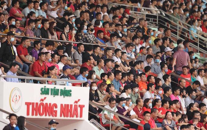 Rất đông khán giả có mặt trên sân Thống Nhất theo dõi trận đấu - Ảnh: Quốc An