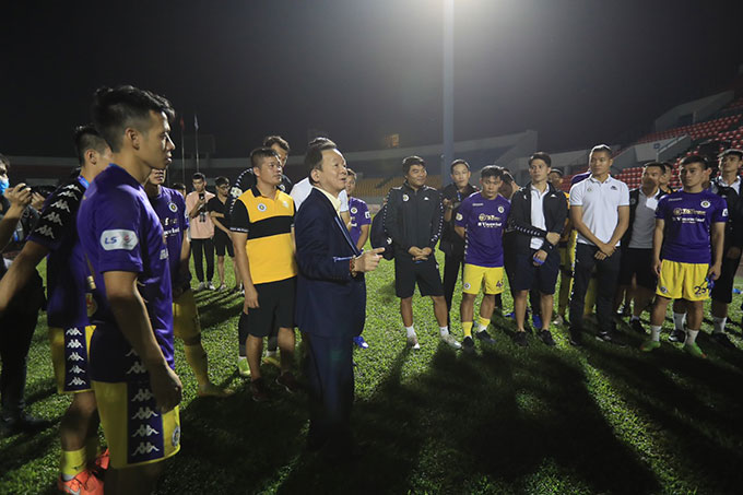 Ông bầu Nguyễn Quang Hiển xuống sân úy lạo các cầu thủ Hà Nội sau khi mất chức vô địch - Ảnh Phan Tùng
