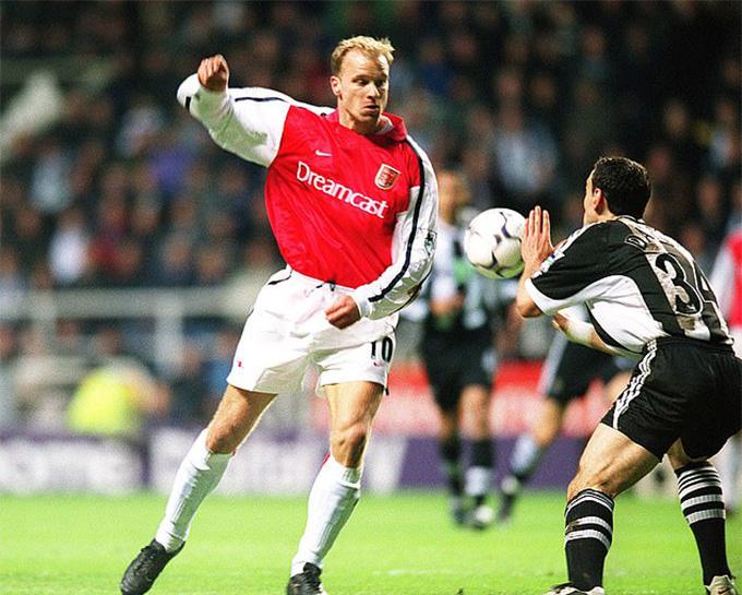 Bàn thắng tuyệt đẹp của Bergkamp vào 18 năm trước