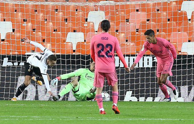 Varane biếu không cho Valencia 1 bàn thắng