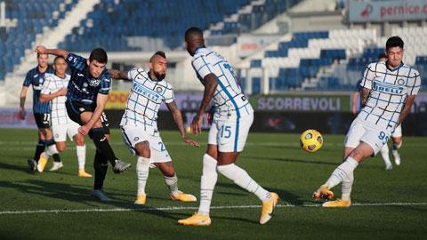 Sự thiếu kết dính của tuyến tiền vệ khiến Inter (áo sáng) mất điểm đáng tiếc trước Atalanta
