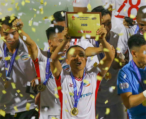Trọng Hoàng ăn mừng chức vô địch V.League 2020 cùng Viettel  Ảnh: QUỐC AN