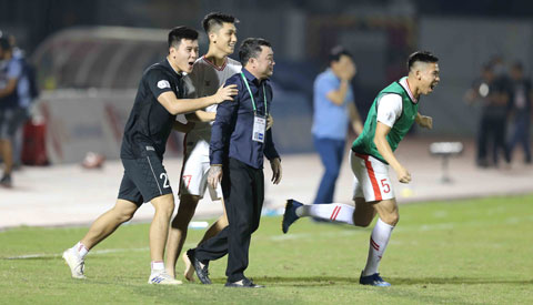 Thầy trò HLV Trương Việt Hoàng hạnh phúc với chức vô địch đầu tiênẢnh: Quốc An