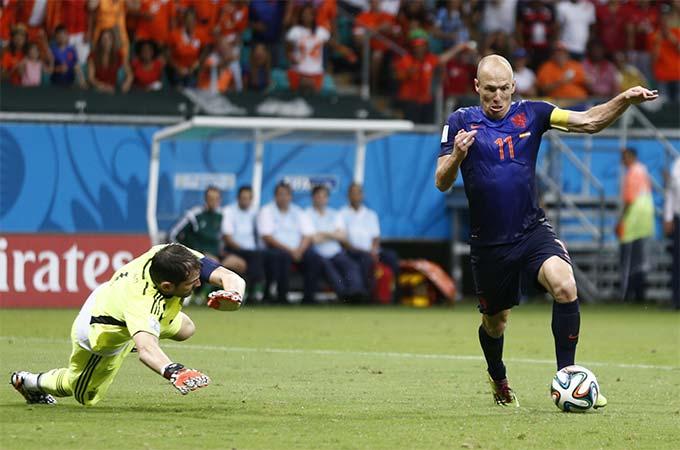 Robben biến Casillas thành gã hề trước khi ghi bàn