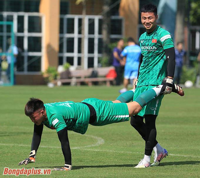Ngoài Văn Toản (đứng), các thủ môn khác của U22 Việt Nam đều chưa có nhiều kinh nghiệm