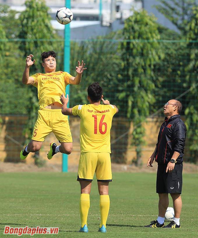 Cũng chính vì thế, nhiệm vụ của HLV Park Hang Seo là thu hẹp khoảng cách trình độ giữa những nhóm cầu thủ, từ ít được ra sân đến ra sân nhiều, từ thi đấu ở V.League đến chơi ở giải hạng Nhất
