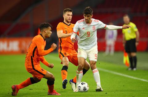Moreno (số 9) là 1 trong 3 tiền đạo của Enrique trong trận làm khách Hà Lan