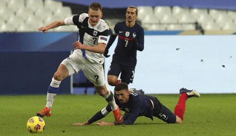 HLV Deschamps (ảnh chủ) rất thất vọng với hình ảnh bạc nhược của ĐT Pháp (áo sẫm) trong trận thua Phần Lan ngay trên sân nhà