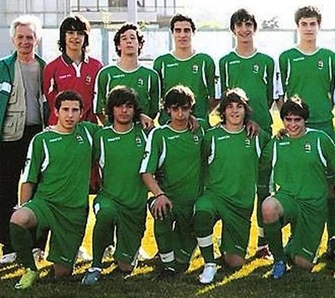 Bruno (giữa) hàng dưới từng đá ở vị trí hậu vệ khi mới khởi nghiệp