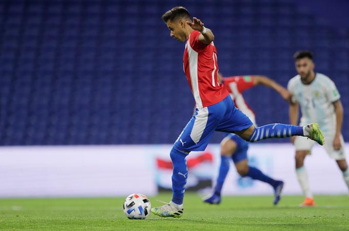 Angel Romero mở tỷ số cho Paraguay trên chấm 11m ở phút 22