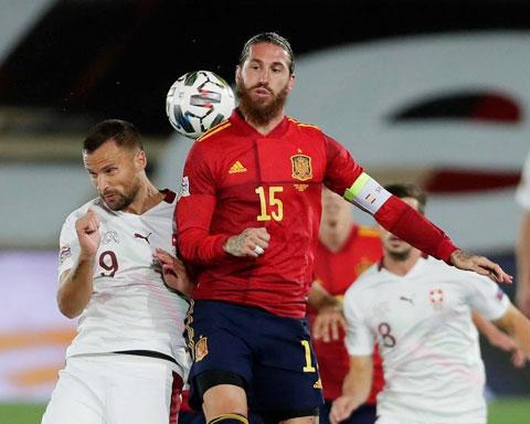 Ramos (áo sẫm) và đồng đội sẽ không khó đánh bại một Thụy Sỹ đang bất ổn