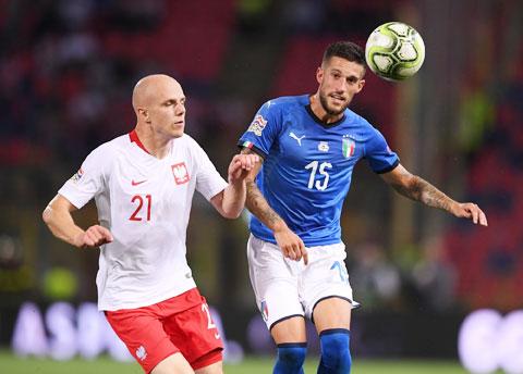 Dù đá sân nhà, Italia (phải) khó có trọn 3 điểm trước đối thủ Ba Lan rất khó nhằn