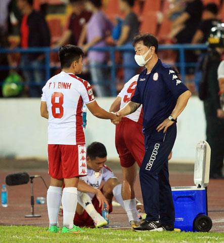CLB TP.HCM đã chia tay HLV Chung Hae Soung (phải) ngay sau khi mùa giải 2020 kết thúc - Ảnh: MINH TUẤN