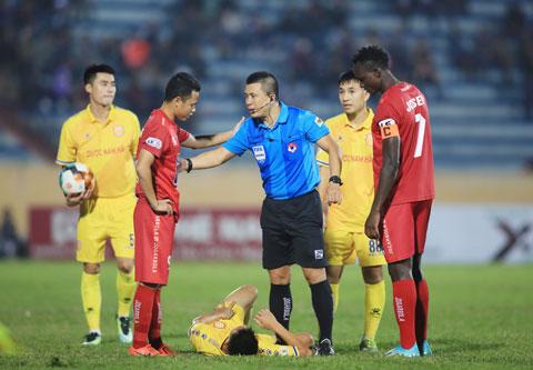 Trọng tài Hoàng Ngọc Hà tự tin xử lý một tình huống khó tại V.League 2020Ảnh: Đức Cường