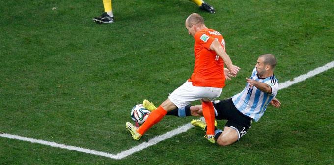 """Cú tắc bóng """"cướp"""" bàn thắng của Robben"""
