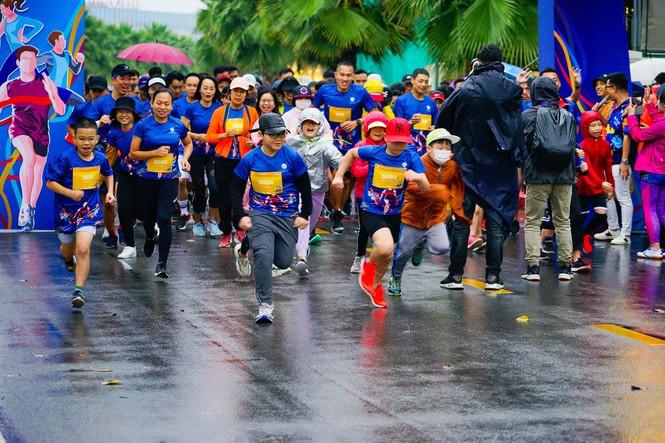 Hàng trăm vận động viên cùng nhau xuất phát trong giải chạy Happy Run Marathon