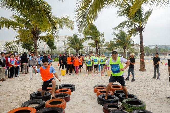 Các hoạt động Teambuilding được đông đảo cư dân tham gia tích cực, tạo nên bầu không khí sôi động trên bãi biển của Vinhomes Ocean Park trong ngày cuối tuần.