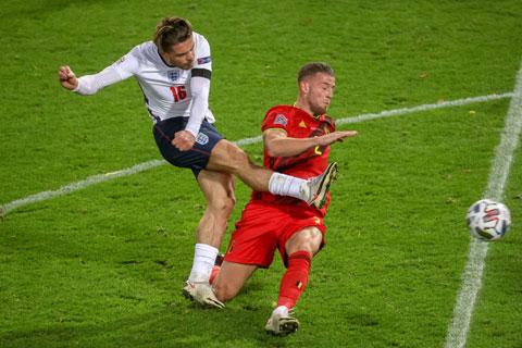 Trong trận thua Bỉ, Grealish (áo trắng) là cầu thủ hiếm hoi của Anh vẫn giữ được phong độ