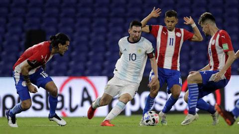 Khi Messi (trái) bị phong tỏa chặt chẽ, ĐT Argentina rất khó thắng trên sân của Peru