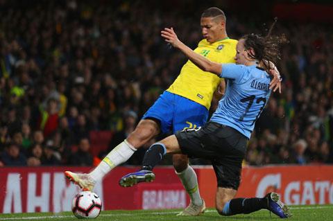 Trên sân đối thủ khó chịu Uruguay, nhiều khả năng Brazil (trái) sẽ vấp ngã