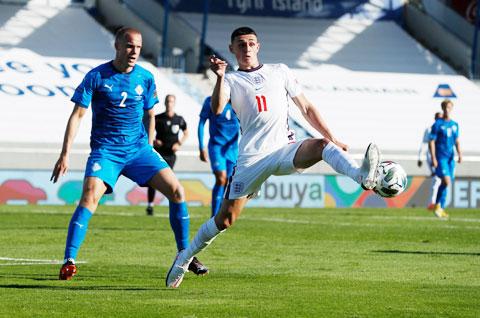 Foden (áo sáng) sẽ bắn phá tan nát khung thành Iceland để xua đi thất bại trước Bỉ