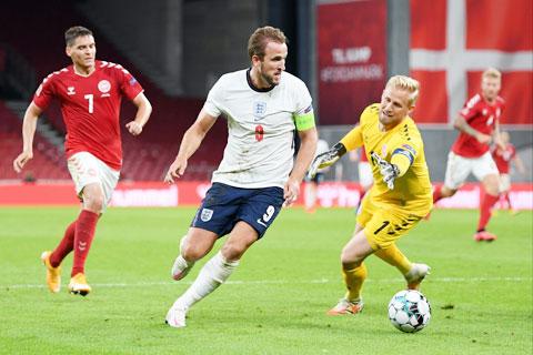 Kane (áo sáng) vẫn gặp nhiều khó khăn trong việc chọc thủng lưới các đội bóng lớn
