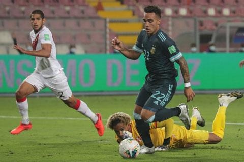Lautaro Martinez lừa qua cả thủ môn của Peru để ấn định chiến thắng 2-0 cho Argentina