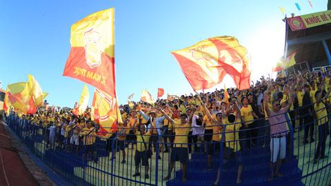 CĐV đến kín sân cổ vũ trong một trận đấu tại V.League 2020Ảnh: Đức Cường