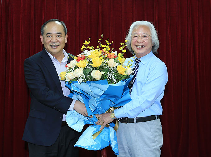 Tổng biên tập Nguyễn Văn Phú của Tạp chí Bóng đá chụp ảnh kỷ niệm với Chủ tịch VFF - Lê Khánh Hải
