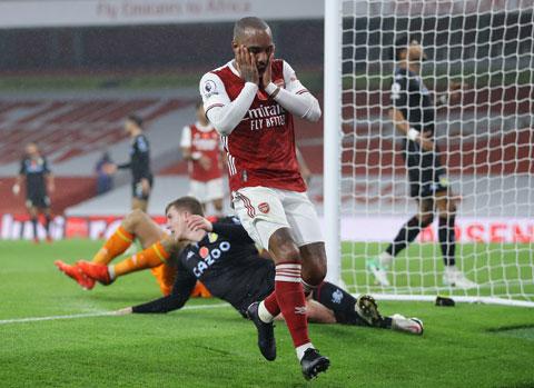 Việc HLV Arteta (ảnh chủ) để Lacazette thi đấu như một tiền đạo ảo khiến Arsenal mất hẳn mũi nhọn nguy hiểm trong vòng cấm đối phương
