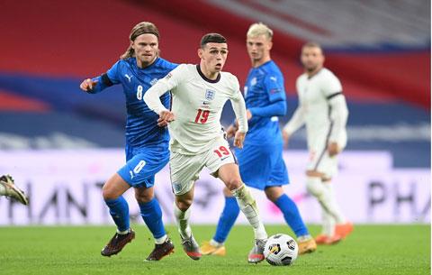 Phil Foden (áo sáng) ghi 2 bàn và kiến tạo 1 bàn giúp Anh vùi dập Iceland