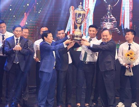 Bộ trưởng Bộ VH-TT&DL Nguyễn Ngọc Thiện và Chủ tịch VFF Lê Khánh Hải trao cúp vô địch V.League cho Viettel - Ảnh: Đức Cường