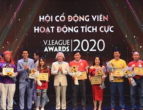 Tổng biên tập Tạp chí Bóng đá Nguyễn Văn Phú cùng trao giải Hội CĐV Hoạt động tích cực nhất - Ảnh: Đức Cường