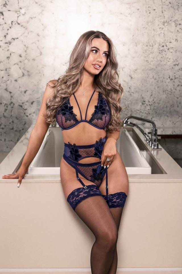 Sophia Peschisolido, 24 tuổi vào cuối năm 2020 từnggây sốt trong bộ sưu tập xa xỉ mới nhất của đại gia đồ lót Boux Avenue khi khoe vóc dáng săn chắc.Dòng sản phẩm mới Bouxtique là dòng sản phẩm sang trọng nhất của thương hiệu này và mang đến những chi tiết tuyệt đẹp