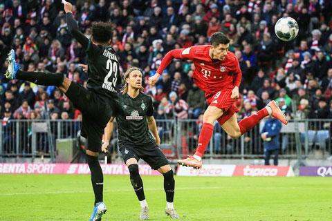Thắng đẹp Bremen là món quà Lewy (bìa phải) và các đồng đội ở Bayern tặng thầy Flick nhân cột mốc ý nghĩa