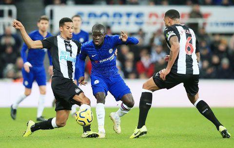 Với khả năng phòng thủ kém, Newcastle sẽ khó ngăn được Chelsea (giữa)ghi bàn