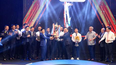 Đại diện CLB Viettel nhận cúp vô địch từ ông Nguyễn Ngọc Thiện - Uỷ viên TW Đảng, Bộ trưởng Bộ VH-TT&DL và ông Lê Khánh Hải - Phó Chủ nhiệm Văn phòng Chủ tịch nước, Chủ tịch VFF