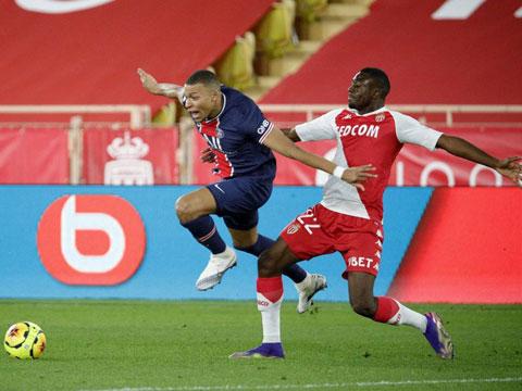 PSG (áo sẫm) ngã đau trên sân của Monaco dù đã dẫn trước tới 2 bàn