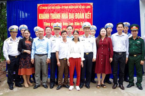 Các cơ quan, đoàn thể chụp ảnh lưu niệm cùng gia đình ông Bảo
