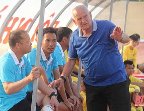 HLV Petrovic và các trợ lý, cầu thủ Thanh Hóa nể phục, tôn trọng nên sẽ là giải pháp hợp lý