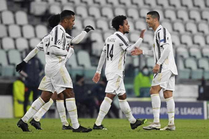 Cầu thủ Juventus chia vui với Ronaldo