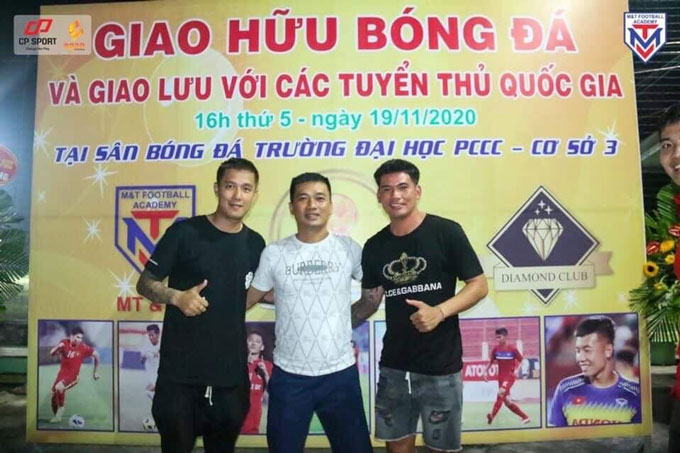 Sỹ Mạnh và Quang Thanh với anh Nguyễn Ngọc Hưng người sáng lập trung tâm M&T