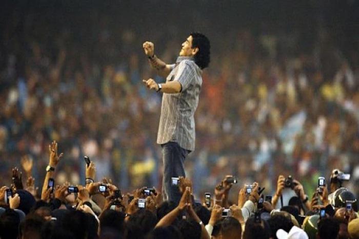 Vị Thánh bóng đá trong một thời khắc hiển lộ với đám tín đồ