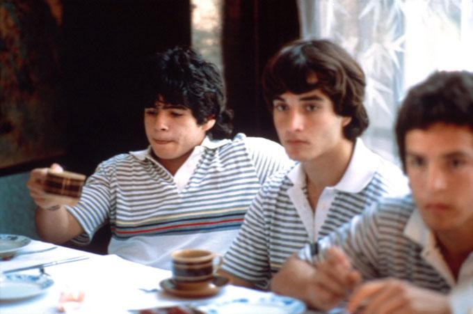 Maradona uống trà cùng các đồng đội trước khi bước vào trận đầu tiên cho Argentinos Juniors chỉ 10 ngày trước sinh nhật 16 tuổi.